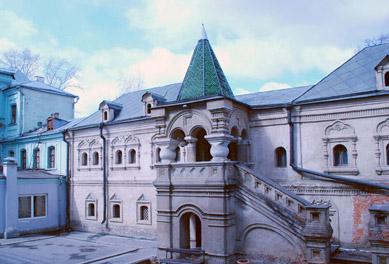 Образование осуществляется на русском и карачаевском языках.