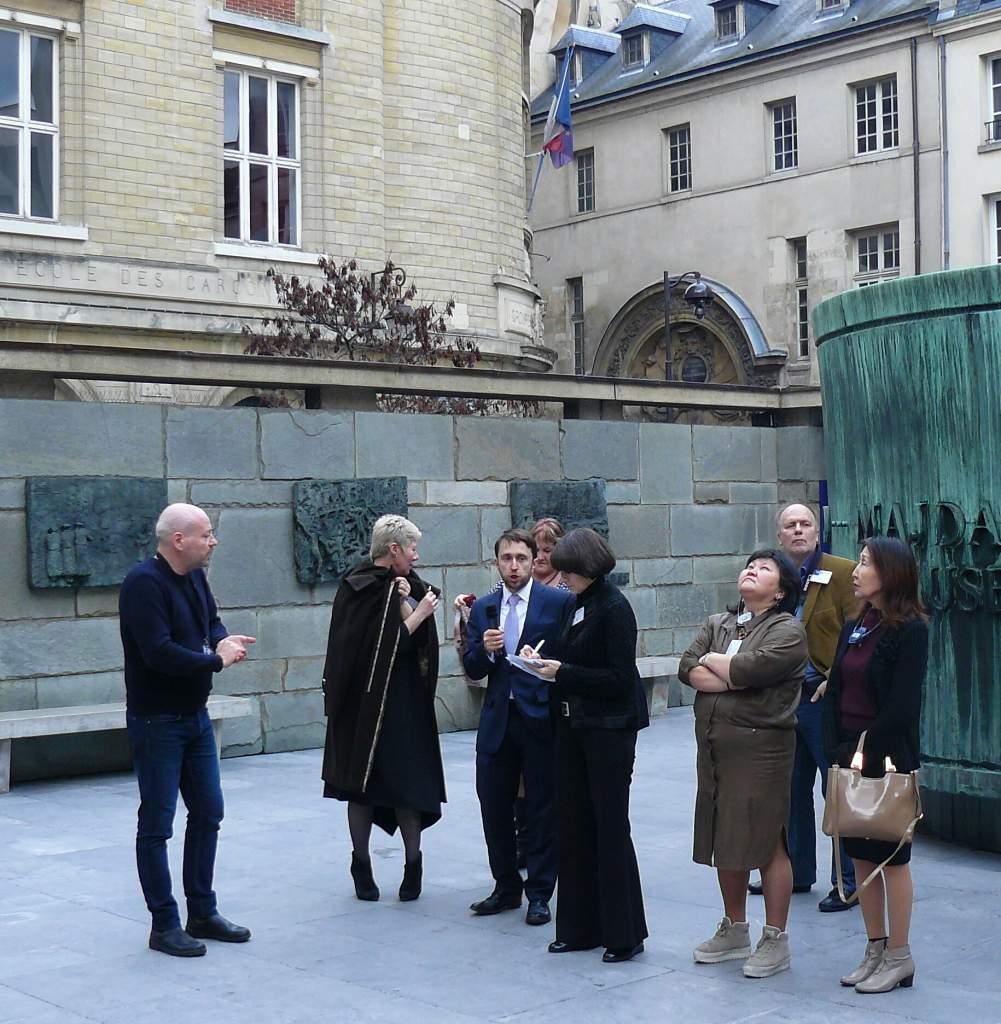 Нафото - российская делегация на экскурсии по музею Мемориалу _Шоа_. Париж, 6 февраля 2017 г..jpg